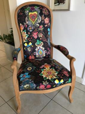 tissu cocarde de christian lacroix pour fauteuil voltaire vendu par la rime des matieres offre bon - Fauteuil Voltaire Relooke Moderne