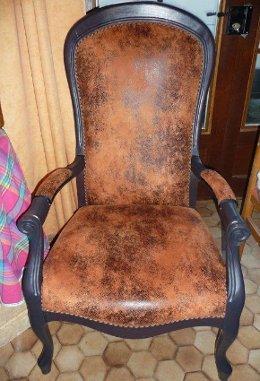 voltaire refait avec le tissu casal imitation cuir vieilli. Black Bedroom Furniture Sets. Home Design Ideas